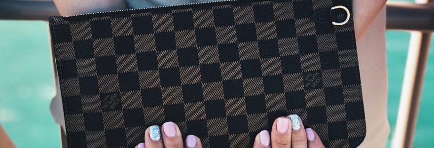 Femme tenant un sac louis Vuitton